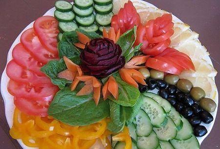 овощная нарезка, украшенная цветком из овощей