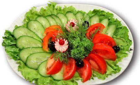 овощная нарезка, украшенная листьями салата