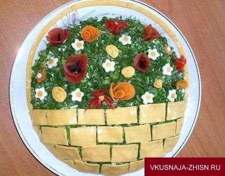 украшение салата сыром и цветами из овощей