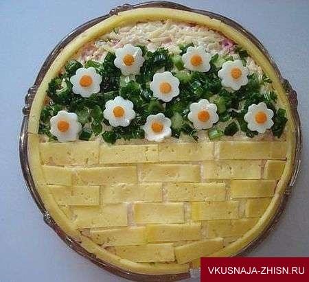 украшение салата сыром и цветами из яиц