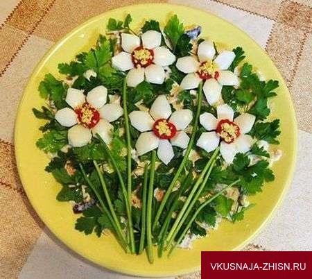 украшение салата цветами из яиц и петрушки