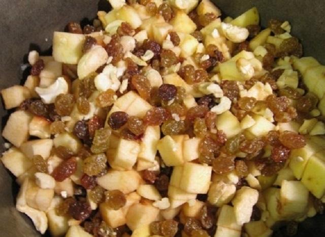 Приготовление сладкого плова с изюмом и яблоками