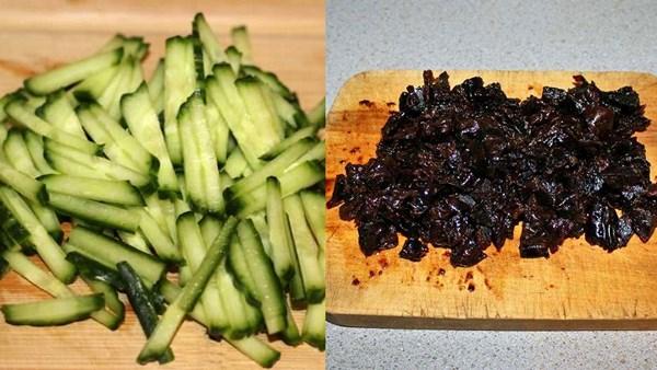 порезать огурцы и чернослив