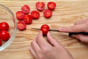 разрезать помидоры черри