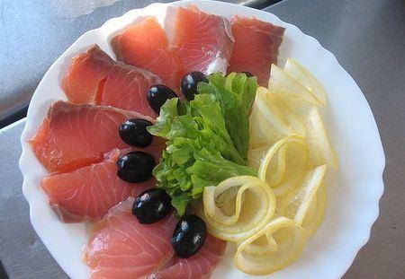 красная рыба с лимоном и оливками