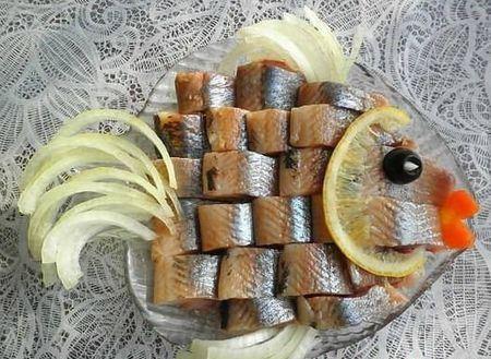 нарезка из сельди в форме рыбы