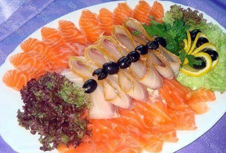 рыбная нарезка с зеленью салата и оливками