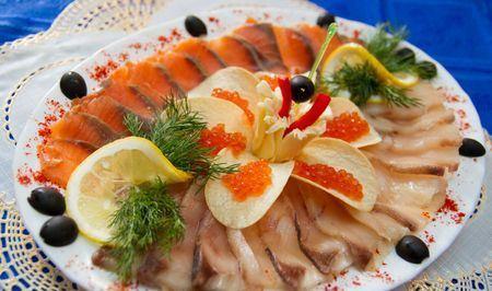 рыбная нарезка с чипсами и красной икрой