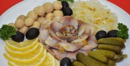 рыбная нарезка с лимоном и соленьями