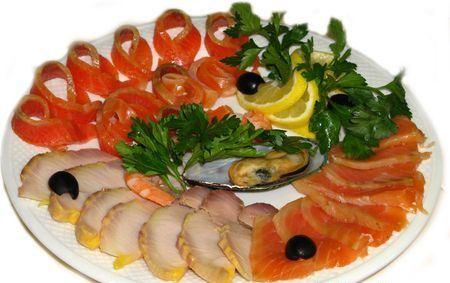 рыбная нарезка из красной и белой рыбы