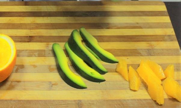 Приготовление салата из апельсина и авокадо