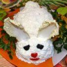 салат белый кролик на блюде