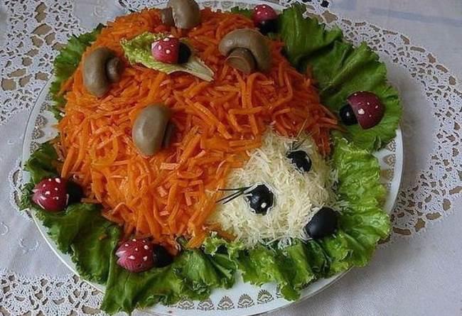 салат ежик на блюде