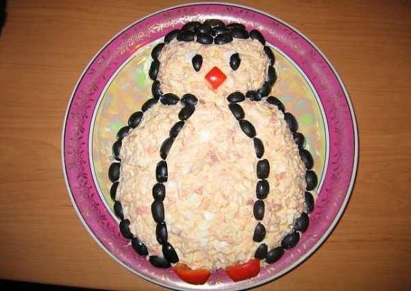 салат пингвин на тарелке