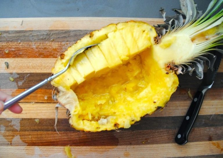 Приготовление фруктового салата в ананасе