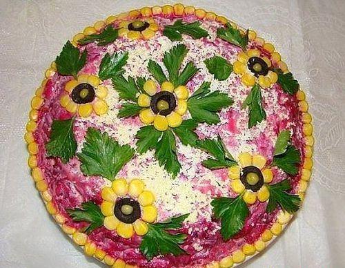 украшение цветочками из оливок и кукурузы