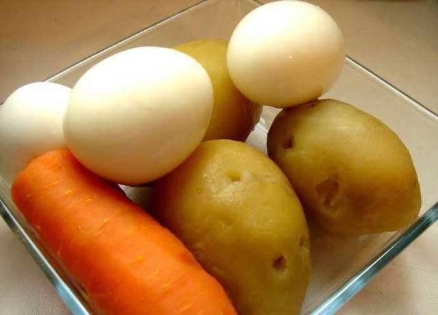 вареные картофель, морковь и яйца