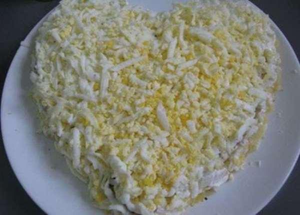 выложить салат слоями в виде сердца