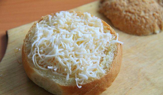 выложить жульен и посыпать сыром