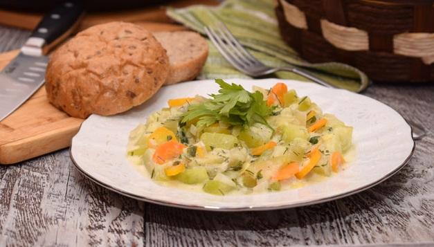 Кабачки, тушеные в сметане с чесноком и овощами