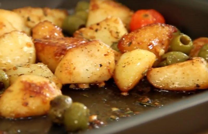 Картофель, запеченный с помидорами, оливками и розмарином