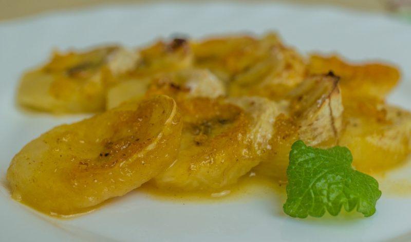 Запеченные бананы в пряном апельсиновом соусе