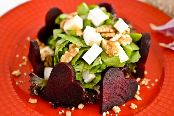 Салат с фетой, курицей и грецким орехом