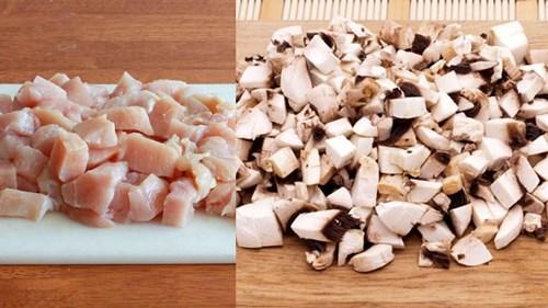 нарезать филе и шампиньоны