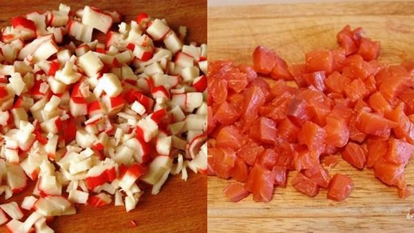 нарезать рыбу и крабовое мясо
