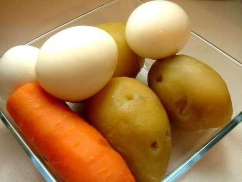 очистить яйца, морковь и картофель