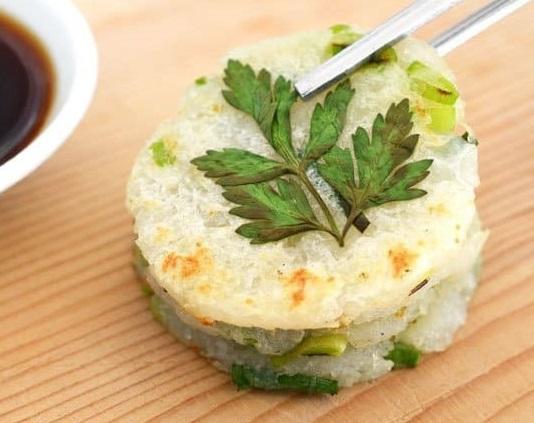 Картофельные мини-оладьи с молодым чесноком и зеленью (рецепт с фото пошагово)