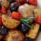 картофель запеченный в духовке с помидорами, маслинами и розмарином