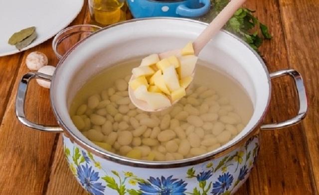 Суп с фасолью, картофелем и грибами