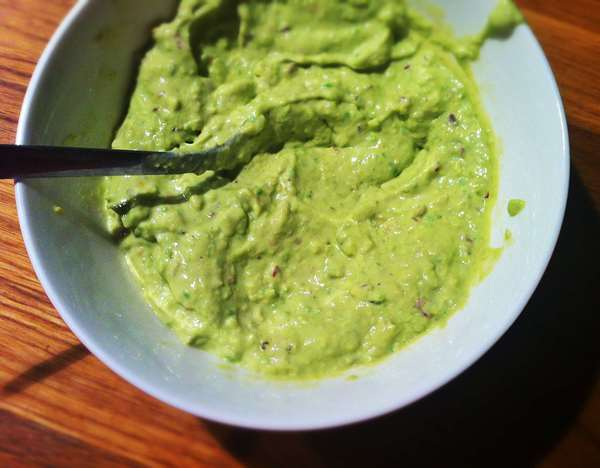 смешать авокадо, васаби и майонез