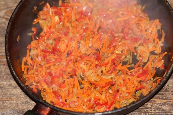 обжарить лук, морковь и перец
