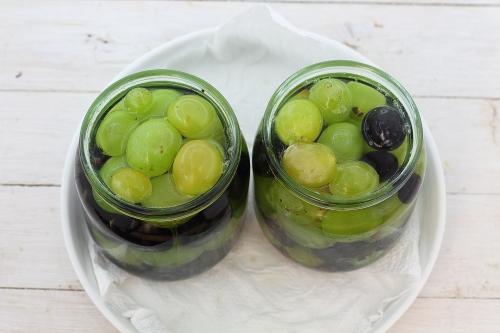 Маринованное ассорти из белого и черного винограда на зиму