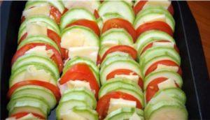 Чередуем цуккини, помидоры и сыр