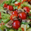 Легкий овощной салат с грибами