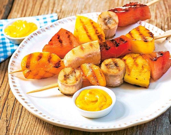 фруктовый шашлык на блюде