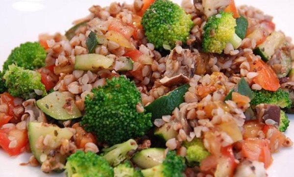 гречка с овощами на тарелке
