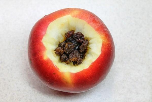 заполнить яблоки изюмом и орехами