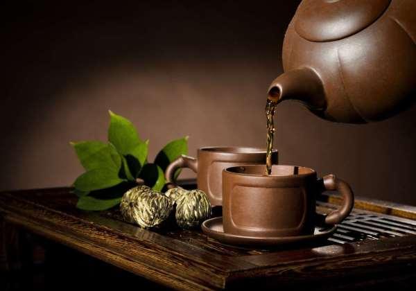 налить чай в чашку