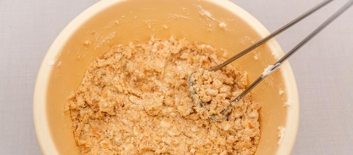 печенье смешать со сливочным маслом