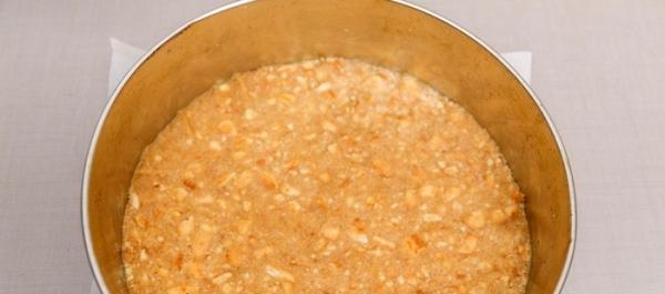 смесь печенья с маслом выложить в форму