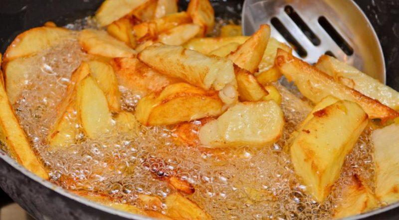 Обжарить картошку ломтиками