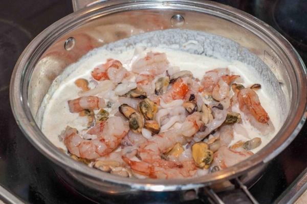 добавить морепродукты к соусу