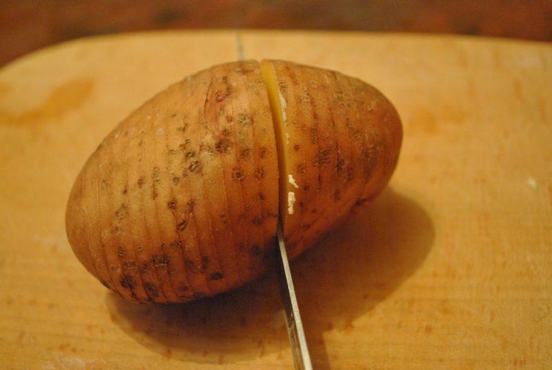 Сделать надрезы на картофеле