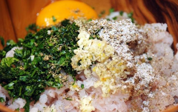 Добавить в фарш яйцо и зелень