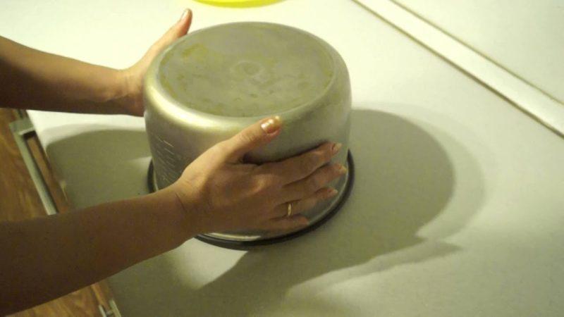 Вытащить бисквит из мультиварки
