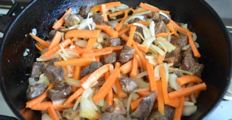 Обжарить конину с овощами